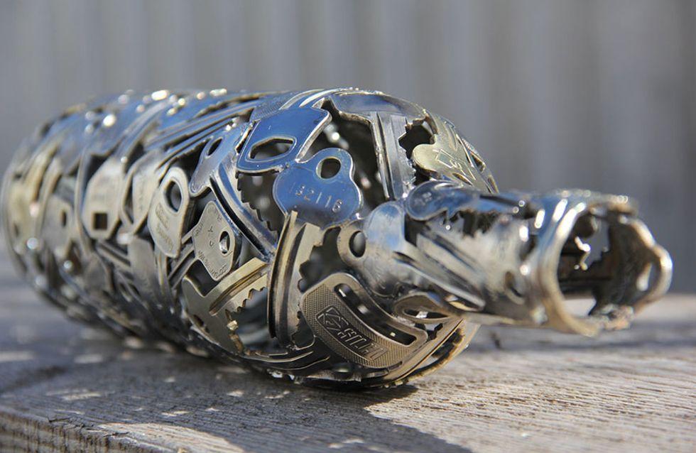 Un artista crea esculturas a base de llaves y monedas