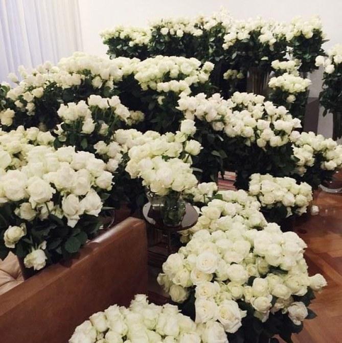 Kim Kardashian couverte de fleurs pour la Fête des mères