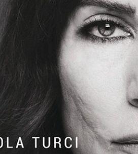 Paola Turci dopo anni mostra il volto senza nascondersi più. Ecco le sue foto pi