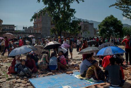 Les Népalais trouvent refuge dans la rue après le séisme