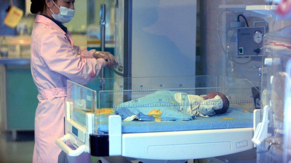 Enterré dans une boîte pendant 8 jours, un bébé survit miraculeusement en Chine