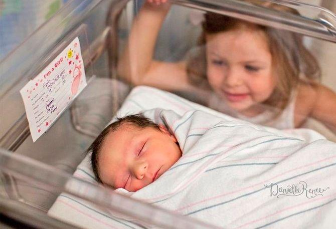 Crianças vêem irmãos pela primeira vez