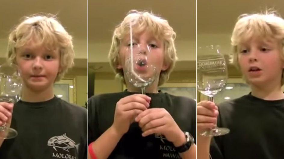 Er kann es selbst nicht glauben: Dieser Junge zerbricht ein Glas nur mit seiner Stimme