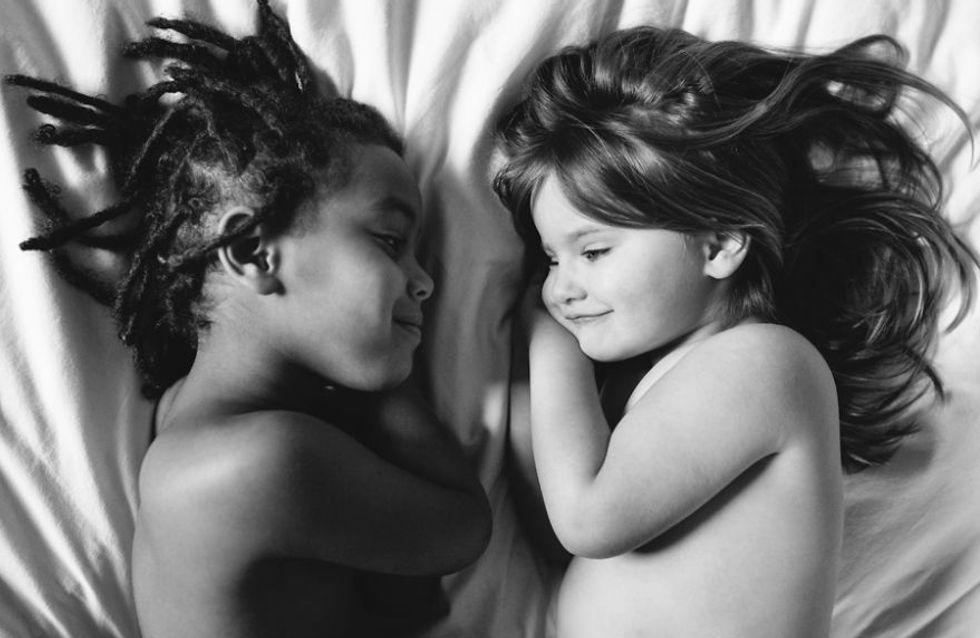Cette maman prend de sublimes photos pour montrer l'amour qui unit sa fille adoptive à sa fille biologique