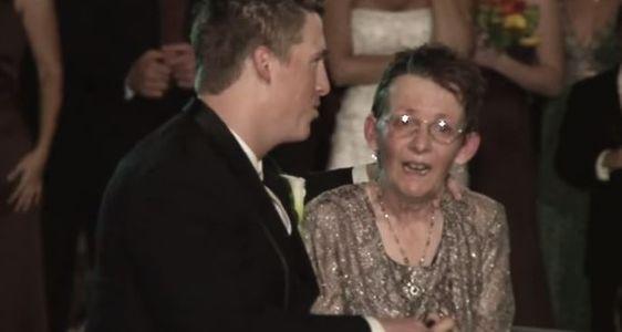 Sa maman a beau être malade, ce jeune marié a souhaité dansé avec elle