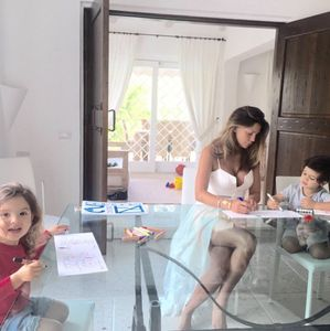 Le immagini più belle di Claudia in vacanza al mare con i suoi figli