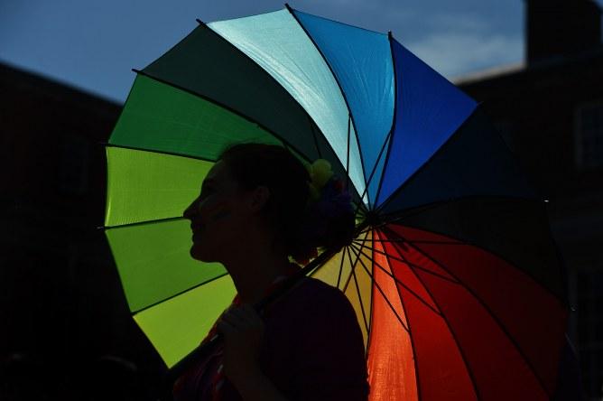 Un parapluie aux couleurs LGBT.