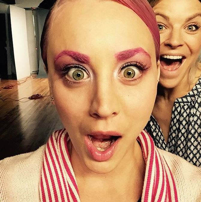 Le nouveau look rose de Kaley Cuoco
