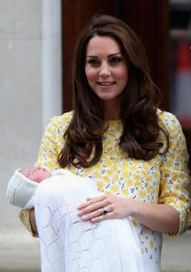 Kate Middleton et Charlotte à la sortie de la maternité