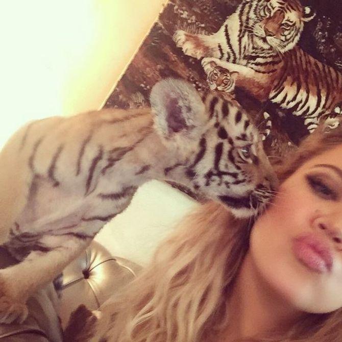 Khloé Kardashian posant avec un bébé tigre