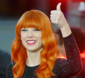 Taylor Swift ruiva com sardas