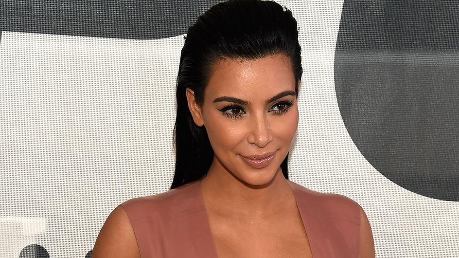 Kim Kardashian ose le latex et décolleté ultra plongeant pour son nouveau look de grossesse (Photos)