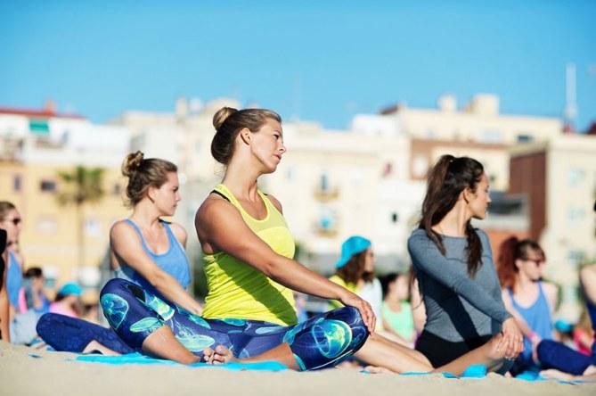Echauffement de yoga sur la plage