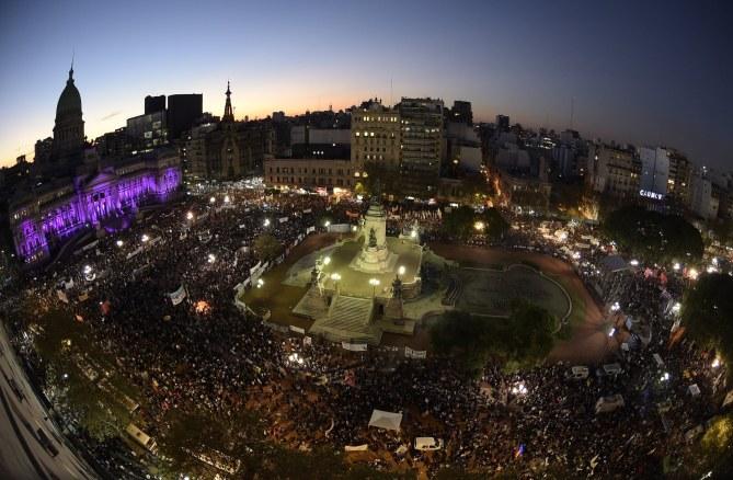 Des milliers de manifestants réunis place du Palais du Congrès à Buenos Aires