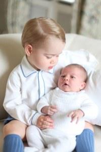 La première photo du prince George et de la princesse Charlotte.