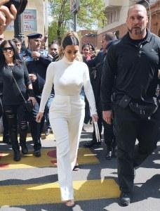 Kim Kardashian en total look white.