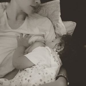 Doutzen Kroes allaite sa fille.