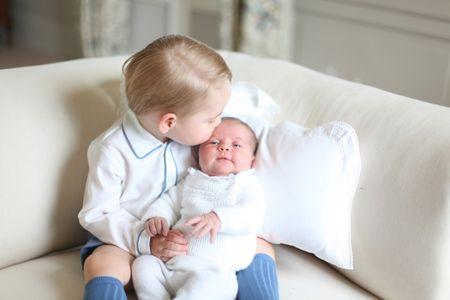 Il piccolo George insieme alla sorellina Charlotte
