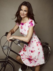 Pippa Middleton pose avec la robe qu'elle a créée