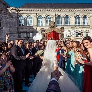 Il photographiait sa compagne aux quatre coins du monde et maintenant ils se marient