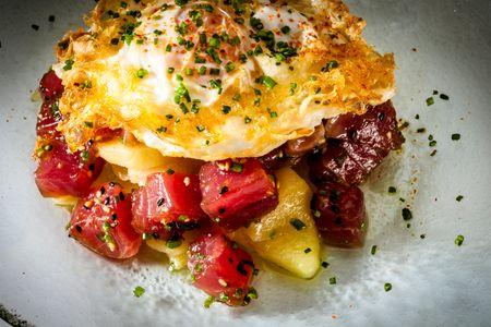 Huevos rotos con patatas confitadas y atún rojo