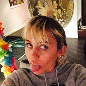 Miley Cyrus s'amuse.