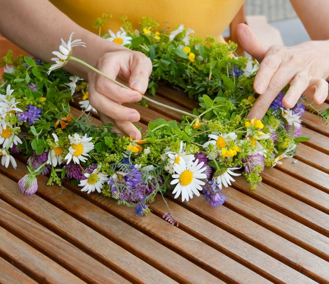 b27e0de16ebeb4 DIY-Brautfrisur: Blumenkranz für die Haare zum Selbermachen