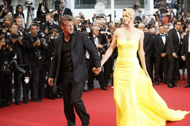 Sean Penn et Charlize Theron main dans la main.