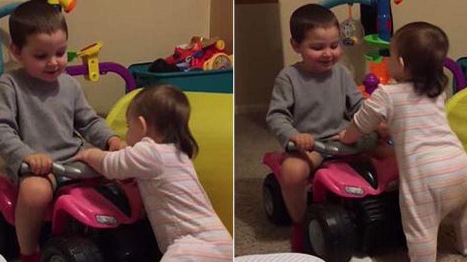 Von wegen große Brüder sind fies! So süß ermutigt dieser Junge seine kleine Schwester ♥