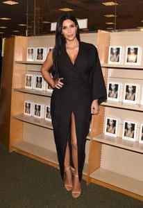 Kim Kardashian à une séance de dédicace.
