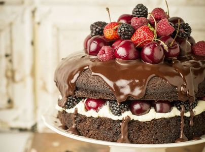 Tarta de chocolate, nata y frutas del bosque