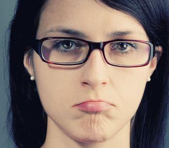 12 motivi per cui indossare gli occhiali in estate è una vera tortura (e rottura