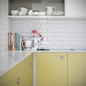 Azulejos e cores retrô na decoração da cozinha americana da Todeschini
