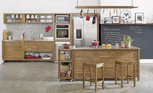 Deixe utensílios à mão e aparentes na sua cozinha americana! Opte por prateleiras abertas ou com tamponamento em vidro fosco.