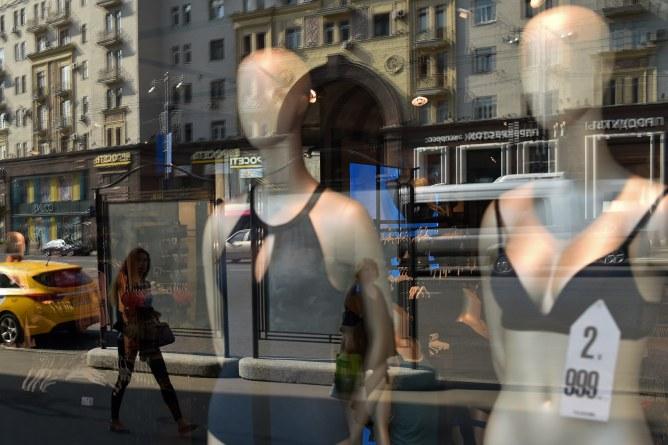 Des mannequins en vitrine.
