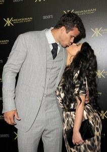 Kris Humphries et Kim Kardashian s'embrassent.