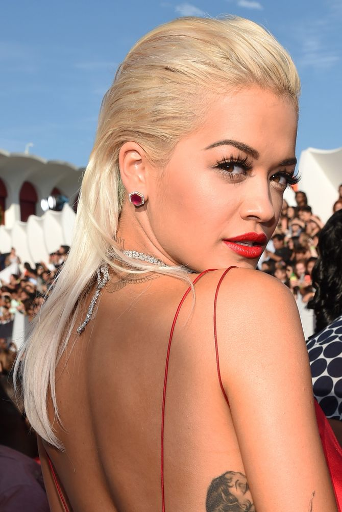 Le slick hair de Rita Ora