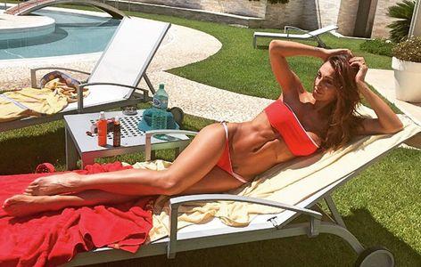 La foto di Anna Tatangelo in bikini che ha scatenato il web
