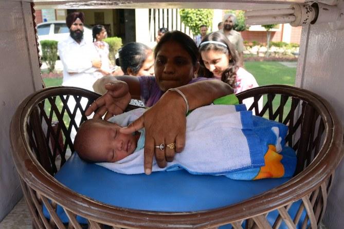 Une Indienne et son enfant.