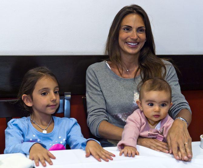 Maude Versini avec ses plus jeunes filles, Tara et Laura