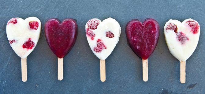 Mettez votre crème glacée dans de jolis moules avec des fruits entiers !