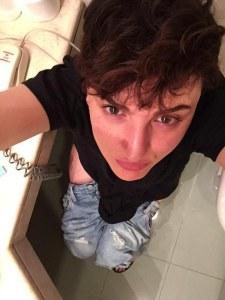 La bizzarra foto di Arisa sul wc