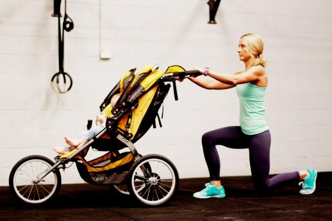 Kimberley macht Lunges mit Kinderwagen