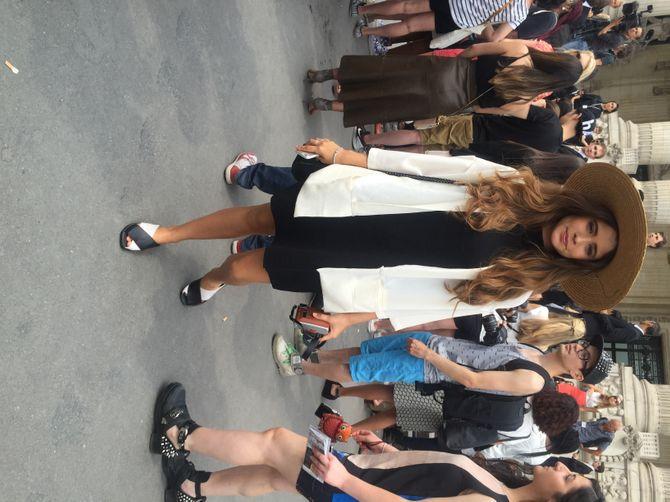 Devant le Grand Palais pour le défilé Chanel