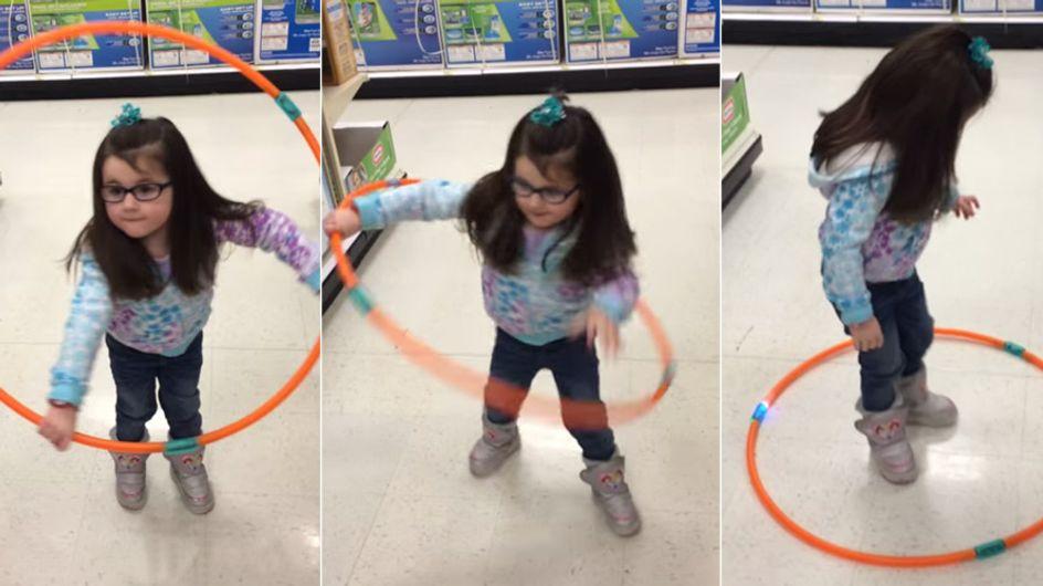 Was dieses kleine Mädchen mit dem Hula-Hoop-Reifen macht, habt ihr so noch nicht gesehen