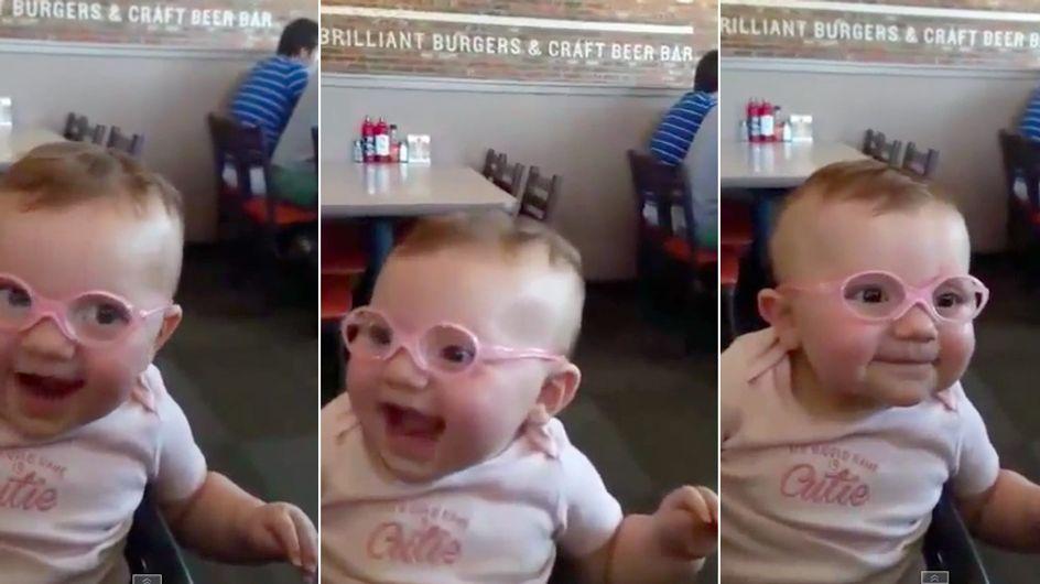 Video/ Vede per la prima volta mamma e papà grazie agli occhiali: guarda la bellissima reazione di questa bambina
