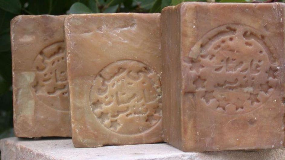 Deterge, nutre e disinfetta la pelle: scopri le proprietà e gli usi del Sapone di Aleppo