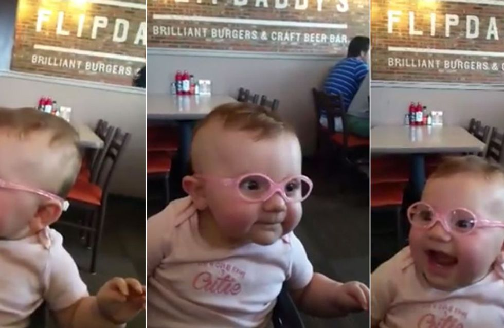 Bebê enxerga seus pais pela primeira vez e sua reação é emocionante