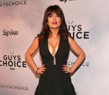 A 48 ans, Salma Hayek pose topless pour le magazine Allure (Photo)