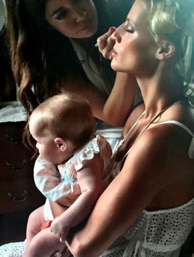 Michelle durante uno shooting con la piccola Celeste